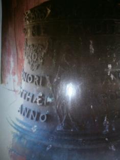 Zvon vkostele veŽďáru. Zvony jsou vezvonici dva původní. Srdíčka byly údajně vhozeny dorybníka.